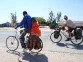 Nos hôtes nous accompagnent en vélo
